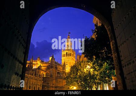 Cathédrale, vu de l'ALCAZAR ROYAL (Cour de Banderas). Séville, Andalousie, espagne. Banque D'Images