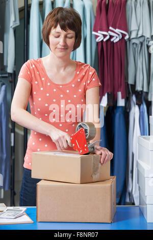 Woman Running On line Vêtements Business Banque D'Images