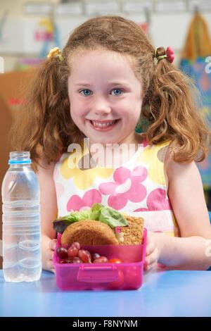Élève de l'élémentaire avec boîte à lunch saine Banque D'Images