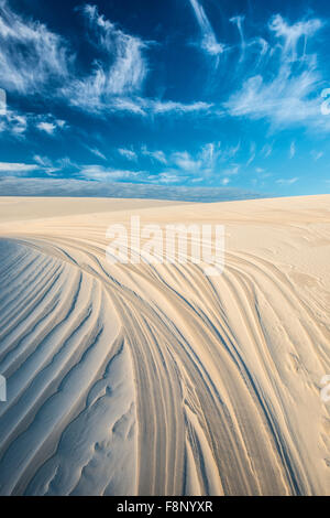 Les modèles et des dunes ciel, parc national Lencois Maranhenses, le Brésil, l'Océan Atlantique Banque D'Images
