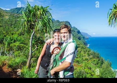 Les touristes avec bébé le long du sentier Kalalau sur Kauai Banque D'Images