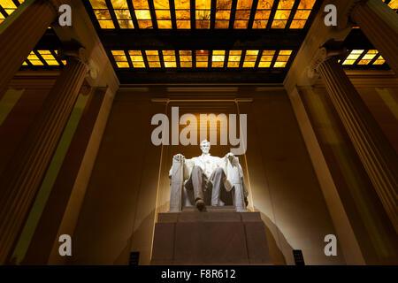 Lincoln Memorial est éclairée la nuit à Washington DC