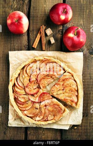 Tourte aux pommes rouges sur la table en bois, vue du dessus