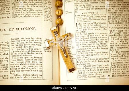 Pages de Sainte Bible et Rosaire