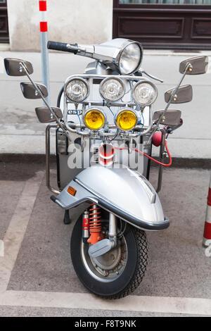 Vienne, Autriche - 2 novembre 2015: Silver Metallic Italien Vespa scooter classique avec de nombreux miroirs et Banque D'Images