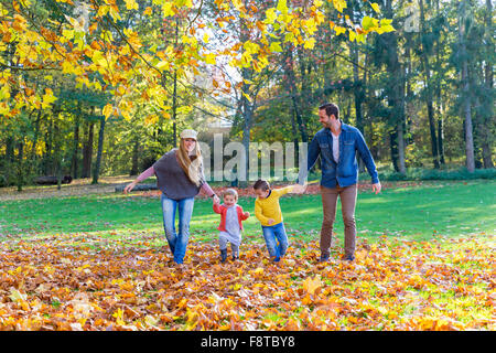 Family walking in park Banque D'Images