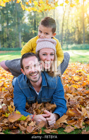 Family playing in Park Banque D'Images