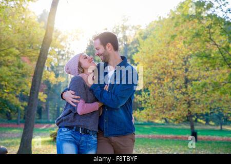 Jeune couple in Park Banque D'Images