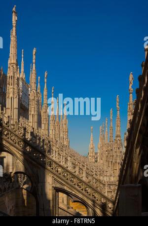 La Province de Milan, Milan, Lombardie, Italie. Spires sur le toit du Duomo, ou la cathédrale. Banque D'Images