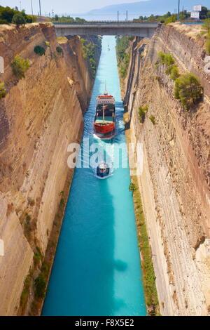 Corinthe - bateau dans le canal de Corinthe, le Péloponnèse, Grèce Banque D'Images