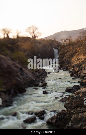 La rivière Kunene à Epupa Falls, la Namibie.