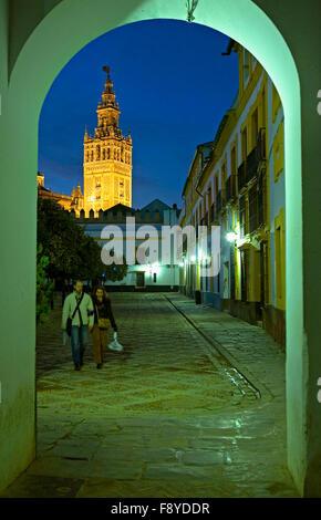 La tour Giralda vu de la Juderia (ancien quartier juif). Séville, Andalousie, espagne. Banque D'Images