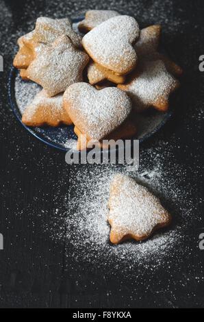 Les cookies de Noël traditionnels faits maison sur table en bois Banque D'Images