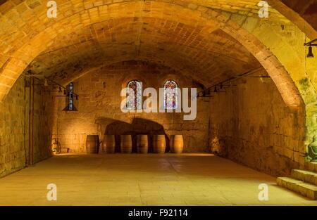 La cave, cellier à l'abbaye Sainte-Marie de Fontfroide, ou l'Abbaye de Fontfroide, près de Narbonne, Sud Ouest de Banque D'Images
