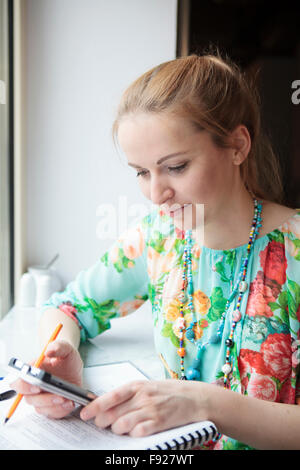 Jeune femme avec le téléphone mobile Banque D'Images