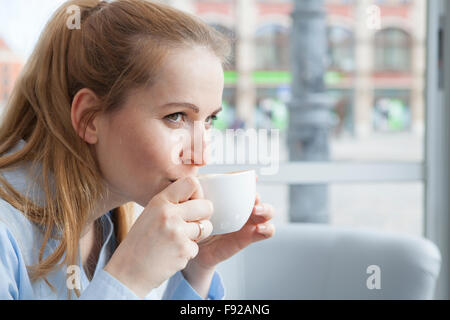 Woman drinking coffee Banque D'Images