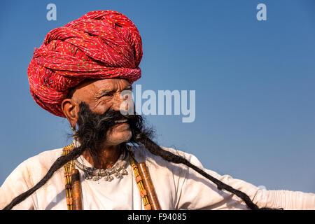 Portrait of a senior man du Rajasthan avec une longue barbe et turban, Pushkar, Rajasthan, India Banque D'Images
