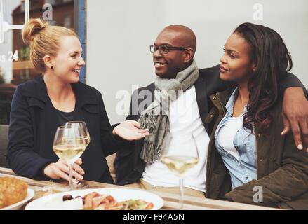 De bons amis de dîner à l'extérieur sur un café, amis ethniques Banque D'Images