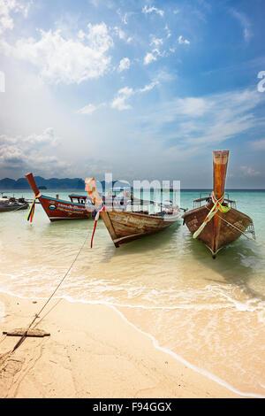 Longtail traditionnels bateaux amarrés à la plage sur l'île de Poda (Koh Poda). La province de Krabi, Thaïlande. Banque D'Images