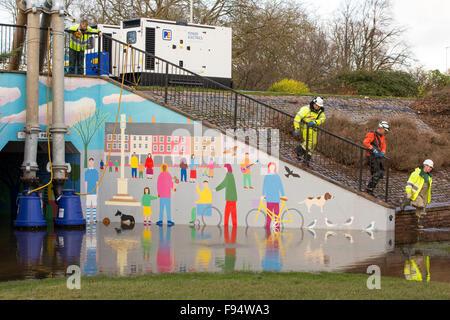 Le personnel de l'Agence de l'environnement impliqués dans le pompage de l'eau de l'inondation de Hardwicke Circus Banque D'Images