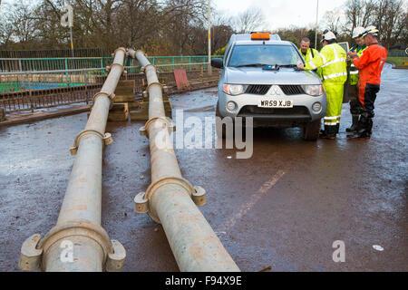 Le personnel de l'Agence de l'environnement le pompage de l'eau de l'inondation de Hardwicke Circus à Carlisle, Banque D'Images