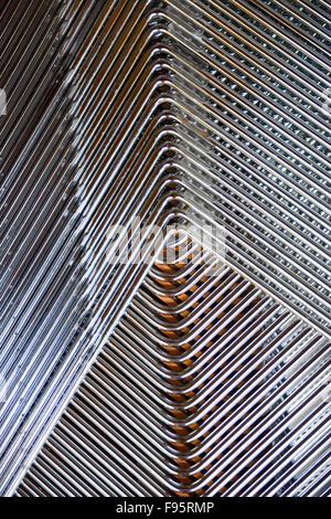 Chaises empilées encadrée de chrome. Banque D'Images
