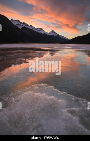 Le Lac de la sauvagine inférieur au début de l'hiver, à l'égard du sud, col Bow Banff National Park, Alberta, Canada Banque D'Images