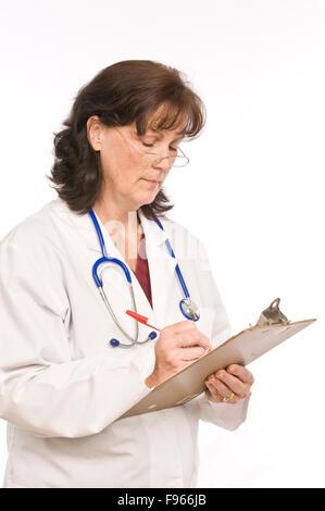 Femme Médecin de prendre des notes sur son presse-papiers Banque D'Images