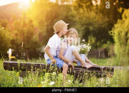 Kiss gar on fille enfants fr re s ur banque d 39 images photo stock 179346105 alamy - Faire l amour sur un banc ...