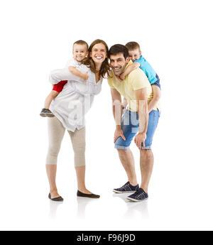Portrait de l'heureuse famille avec deux enfants et femme enceinte, isolé sur fond blanc Banque D'Images
