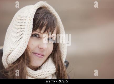 Portrait de femme avec capuchon de pays en automne Banque D'Images