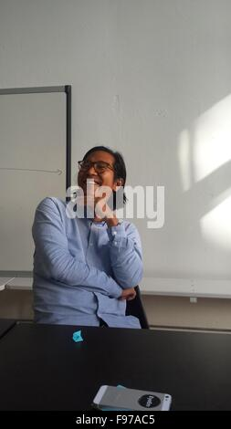 Smiling Man Sitting in Classroom Banque D'Images