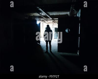 Silhouette Of Man Standing In The Building Banque D'Images