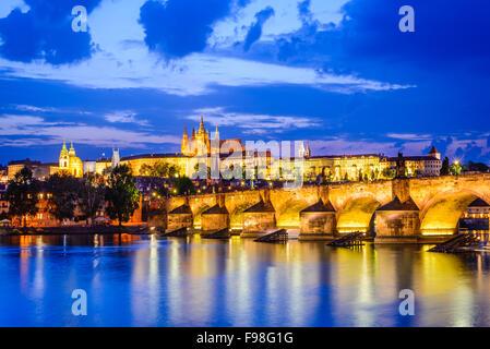 Prague, République tchèque. Le Pont Charles et le château de Prague (Hradcany) avec la cathédrale Saint-Guy et l'église Banque D'Images