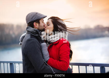 Couple au bord de la rivière en hiver Banque D'Images