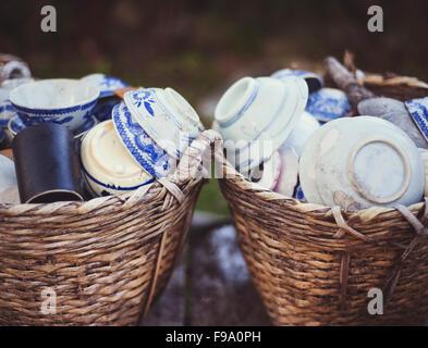 Céramique - tasses, assiettes et bols en panier sur un marché de rue à vendre au Vietnam