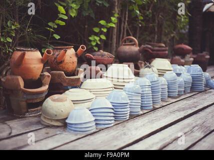 Céramique - tasses, assiettes et bols panier sur un marché de rue à vendre au Vietnam