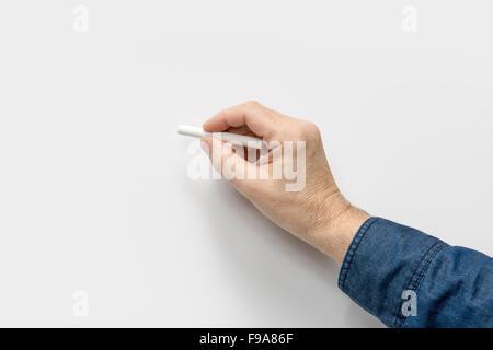 Côté masculin avec crayon blanc dans le dos de lumière Banque D'Images