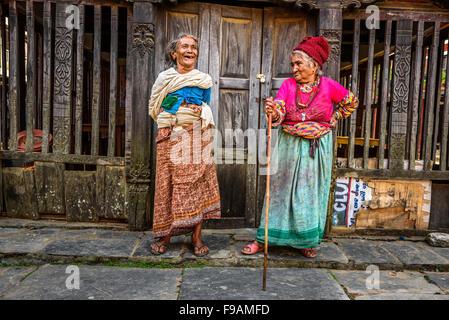 Deux femmes très âgées discuter dans la rue de Bandipur au Népal Banque D'Images