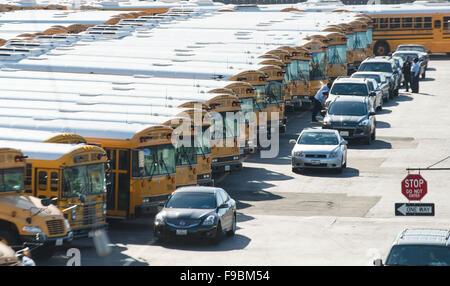 Los Angeles, Californie, USA. 15 Décembre, 2015. Les autobus scolaires sont garés à Los Angeles Unified School District Banque D'Images
