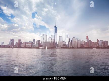 Tons vintage photo de front de mer de New York avant la pluie, USA. Banque D'Images