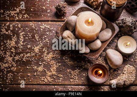 Brûler des bougies pour séance d'aromathérapie, vue du dessus Banque D'Images