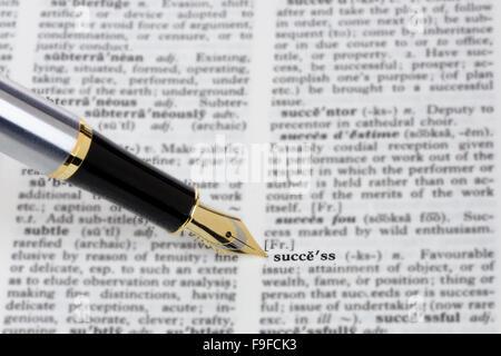 Stylo montrant le mot succès dans un dictionnaire Banque D'Images