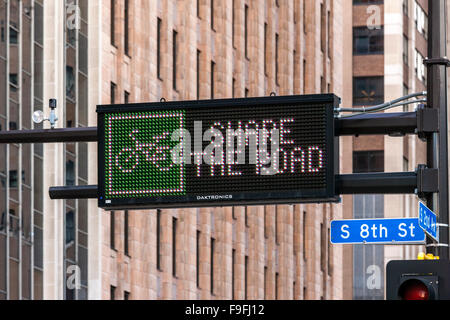 Partager la route. Minneapolis Minnesota. Matrix signe au-dessus de la 2ème Avenue: partager la route avec les Banque D'Images