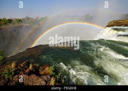 Arc-en-ciel sur le Devil's Pool au Victoria Falls, Zambie Banque D'Images