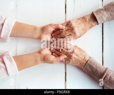 Méconnaissable grand-mère et sa petite-fille se tenant la main. Banque D'Images