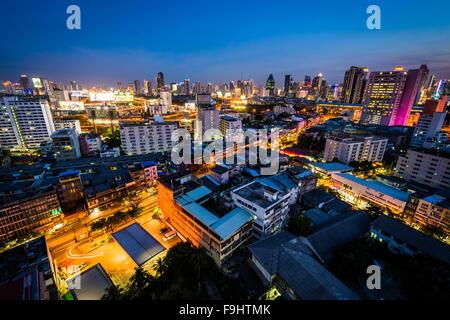 Vue sur le quartier Ratchathewi, au crépuscule, à Bangkok, Thaïlande. Banque D'Images