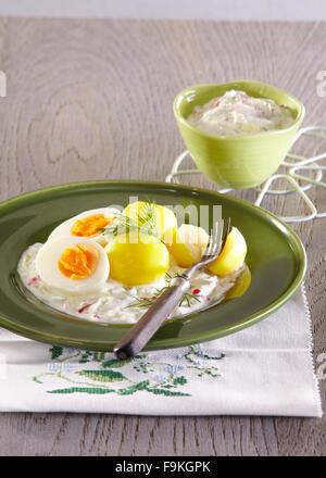 Pommes de terre nouvelles avec l'oeuf et tzatziki de radis