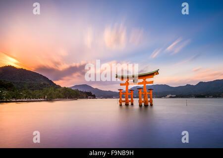 Miyajima, Hiroshima, Japon à la grande porte du sanctuaire d'Itsukushima. Banque D'Images