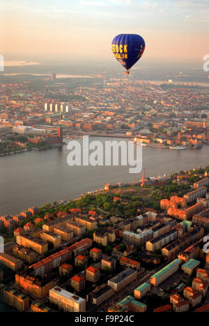 Hot Air Balloon flottant au-dessus de Södermalm et îles de Stockholm avec l'Hôtel de Ville sur les eaux Riddarfjarden Banque D'Images